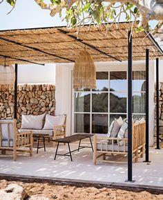 Terrasse bohème chic : idées et inspirations | My Blog Deco Small Backyard Design, Small Backyard Patio, Backyard Patio Designs, Backyard Landscaping, Backyard Ideas, Terrasse Design, Pergola, Terrace Garden Design, Patio Decorating Ideas On A Budget