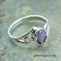 53fa6b99ca57 Anillo de plata con amatista morada de joyería de plata de primera ley con  amatista natural facetada. Elegante anillo de plata para lucir  SilverRings