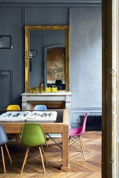 Dans cet appartement d'artiste à Paris, contraste entre les murs gris et les…