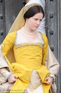 Claire Foy behind the scenes of Wolf Hall Tudor Fashion, Renaissance Fashion, Anne Boleyn Tudors, Tudor Dress, Cool Costumes, Amazing Costumes, Wolf Hall, Pvc Skirt, The White Princess