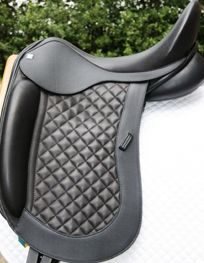 This quilted flap takes hours to do but it is OH SO WORTH IT! English Tack, English Saddle, Dressage Saddle, Horse Tack, Equestrian Fashion, Equestrian Style, Endurance Saddles, Pretty Horses, Horse Stuff