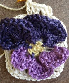 Free detailed picture tutorial on crochet pansy flower granny. In English.