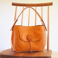 """"""" 笑顔 """" をモチーフにした スマイリーバッグもweb shopでご覧いただけるようになっております 笑顔に溢れたお出かけになりますよう心を込めて制作いたしました #tasola #leather #leathercraft #leatherbag #bag #craft #handmade #革仕事 #革仕事のお店tasola #革鞄 #バッグ #カバン #革 #牛革 #本革 #レザーバッグ #クラフト #手づくり #ハンドメイド #手仕事 #手仕事のある暮らし"""