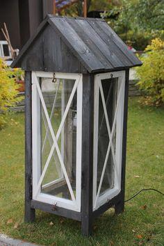 Jokunen vuosi sitten rakentelin meidän kellarin vanhoista ikkunoista lyhdyn tai semmoisen minikasvihuoneen. Tämmöisen.  Talveksi ...
