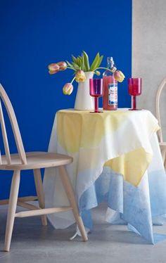 Das Trio Blau Weiß Und Gelb Sorgt Für Gute Laune Vor Einer Wand In
