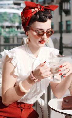Check it out Idda van Munster (Aida Đapo). Headscarf and giant round sunglasses: perfecr combination! The post Idda van Munster (Aida Đapo). Headscarf and giant round sunglasses: perfecr com… appeared first on 99 Hairstyles . Look Retro, Retro Pin Up, Look Vintage, Vintage Girls, Vintage Beauty, Retro Vintage, Vintage Woman, 1950s Look, 50s Pin Up