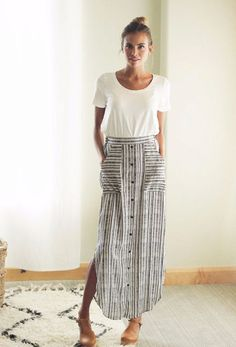 Maxi Skirt Outfits Striped maxi skirt with buttons down the front Looks Street Style, Looks Style, Mode Outfits, Casual Outfits, Fresh Outfits, Dress Casual, Casual Chic, Casual Wear, Midi Skirt Casual