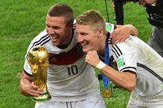 サッカーW杯ブラジル大会(2014 World Cup)決勝、ドイツ対アルゼンチン。優勝トロフィーを手に歓喜するドイツのバスティアン・シュバインシュタイガー(Bastian Schweinsteiger、右)とルーカス・ポドルスキー(Lukas Podolski、2014年7月13日撮影)。(c)AFP/NELSON ALMEIDA ▼14Jul2014AFP|ドイツが延長制し4度目のW杯制覇、ゲッツェが決勝点 http://www.afpbb.com/articles/-/3020416 #Brazil2014 #Germany_Argentina_final