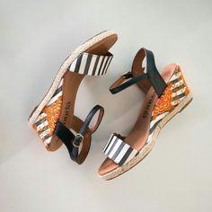 Conta aqui nos comentários qual look você apostaria para usar com essa sandália lindona? #shoes #fashion #loveit #love #loveshoes #shoeslover #floral #flat #stripes #bordado #summer