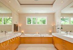 Nowoczesna łazienka wykończona białym marmurem