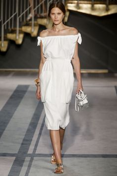 Les robes blanches de la Fashion Week printemps-été 2014: Tod's http://www.vogue.fr/mariage/inspirations/diaporama/les-robes-blanches-de-la-fashion-week-printemps-ete-2014/15627/image/870725#mariage-robe-de-mariee-tods