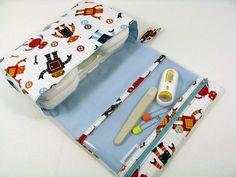 El embrague de este pañal es muy práctico, tiene una bolsa transparente para almacenar pañales cremas o cualquier producto de bebé de tamaño de viaje.