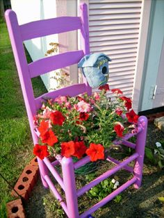 Surely you have ever the thought about what would be your perfect garden prototype, but the ideas have always been only in your imagination. Now it's time to discover the most attractive, versatile and economical garden ideas. Flower Pot Crafts, Flower Pots, Flowers, Jardin Decor, Cottage Interiors, Garden Chairs, Garden Gates, Dream Garden, Gardens