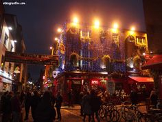 Temple Bar at X-Mas time, Dublin, Ireland (vikingandre.com)