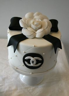To match my Chanel cake pops! Pretty Cakes, Cute Cakes, Beautiful Cakes, Amazing Cakes, Bolo Channel, Channel Cake, Fancy Cakes, Mini Cakes, Fondant Cakes