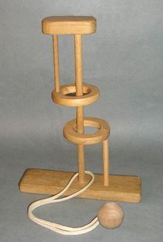 Egy fejtörő játékokkal foglalkozó könyvben láttam egy furcsa, drótból készült ördöglakatot. A kép alapján nem tudtam megoldani, így elkészítettem, persze fából: A kis zsebrevágható ördöglakat helyett egy jóval nagyobb, asztalra való játékot kaptam. Remekül lehetett…