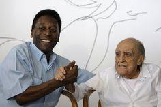 Pelé cumprimenta Niemeyer, durante uma coletiva de imprensa no Rio de Janeiro, em 2010