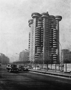 Photo by Mimi Mimi Organic Architecture, Gothic Architecture, Architecture Design, Le Corbusier, Foto Madrid, Concrete Building, Time Design, Most Beautiful Cities, Brutalist