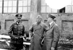 BENITO MUSSOLINI IN RUSSIA MENTRE PARLA SULLE SORTI DELLA GUERRA CON ADOLF HITLER E VON RUNDSTEDT NEL 1941