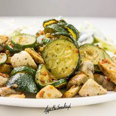 To, co najprostsze jest najczęściej najlepsze. Przynajmniej w moim przypadku. Wtedy, gdy staram się najmniej to wychodzą najfajniejsze smaki. Dziś zatem co... Vegetarian Recipes, Cooking Recipes, Zucchini, Grilling, Recipies, Good Food, Food And Drink, Tasty, Vegetables