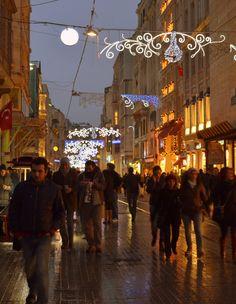 İstiklal Caddesi'ndeki yaşayan atmosfer - Her daim doludur bu nedenle İstiklal Caddesi ve sabahın ilk ışıklarına kadar da, hareketliliğini yitirmez. İnsan buraya gelince, dünyanın kendisinden ibaret olmadığını anlar. İstiklal Caddesi'ndeki yaşayan atmosfer, ziyaretçilerinin ufkunu açar. The Gate