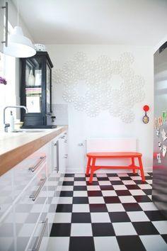 Hos Mette Kargo Hvid begynder og slutter indretningen med kunst, og netop derfor er væggene i deres hjem hellige. Det samme er børnenes kreationer