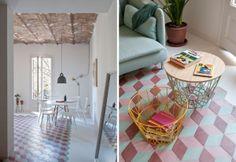 A sinistra. L'ingresso al soggiorno dell'appartamento. A destra. Nel living, con pavimento di piastrelle artigianali tipiche di Barcellona – recuperate dai progettisti – una coppia di ceste multiuso Wire Basket di Ferm Living