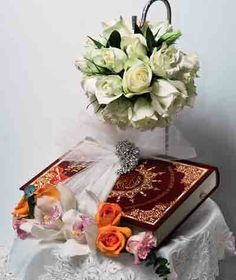 Tanda Ikhlas Untuk Kekasih Hati    Melakar kesempurnaan gubahan hantaran, turut diganding bersama kuntuman bunga segar orkid dan mawar yang disusun rapi.  Pilihan bunga-bungaan warna lembut apabila dipadu bersama mawar jingga, menyuntik kontra warna yang istimewa.