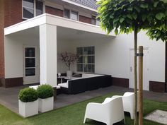 You can make a veranda very modern to fit your house. Outdoor Decor, Garden In The Woods, Minimalist Garden, Modern Exterior, Outdoor Rooms, House Exterior, Garden Chairs, Pergola Plans, Porch And Balcony