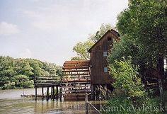 Kolový mlyn v Jelke resp. Némethov mlyn v Jelke patrí medzi pozoruhodné technické pamiatky a je považovaný za stredoeurópsku raritu. Z pôvodného lodného mlyna bol prestavaný na kolový v roku 1905. V roku 1995 mlyn zrekonštruovali. Okres Galanta