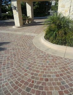 Natural stone pavement of porphyry Block Paving Driveway, Stone Driveway, Natural Pond, Natural Stones, Exterior Gris, Stone Pavement, Front Yard Patio, Paving Ideas, Ranch Remodel