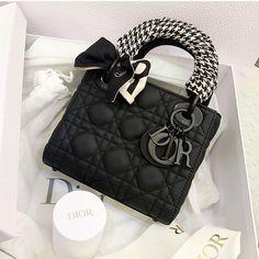 Luxury Purses, Luxury Bags, Dior Handbags, Louis Vuitton Handbags, Dr Shoes, Sacs Design, Latest Bags, Looks Black, Chanel Purse