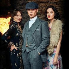 Foto by Robert Viglasky – [pin_pinter_full_name] Today Peaky Blinders 4 . Foto by Robert Viglasky Today Peaky Blinders 4 . Foto by Robert Viglasky Ada Peaky Blinders, Costume Peaky Blinders, Peaky Blinders Theme, Peaky Blinders Series, Cillian Murphy Peaky Blinders, Aunt Polly Peaky Blinders, Peaky Blinders Fancy Dress, Peaky Blinders Actors, Roaring Twenties