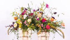 Een echt kiststuk met veel ranken die mooi over de kist hangen.Het is een beetje zoeken in de winter, maar het leukt toch altijd weer om een wild stuk er van te maken Floral Wreath, Wreaths, Crates, Floral Crown, Door Wreaths, Deco Mesh Wreaths, Floral Arrangements, Garlands, Flower Crowns