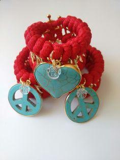 Colección In Love, en rojo + corazón engastado o símbolo de la paz engastado + broche en forma de timón con baño de oro 18k