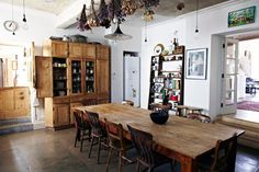 I really like the fresh dried flowers hanging above th table, I could do something like this in my dinning room.