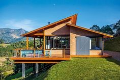 Casa de campo suspensa é prática e teve custo barateado – Deko wohnung- Einrichtungsideen -Einrichtungstipps- Brick House Designs, Modern House Design, House In The Woods, My House, Hillside House, House On Stilts, Roof Design, Design Hotel, Cabin Homes