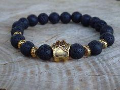 Náramek z lávových korálků se zlatou psí packou. Temně černé lávové korálky dají hezky vyniknout zlaté psí pacce. Máte-li po svém boku čtyřnohého psího kamaráda, pak je tento náramek jako ušitý na míru právě vám. http://www.shopfido.cz/produkt/naramek-z-lavovych-koralku-se-zlatou-psi-packou/