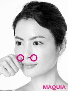 こぶしカッサ②頬骨の下、鼻に接するところを押す。こっていると痛みがあるので、最初は軽く。ほぐれてきたら少し強くして。