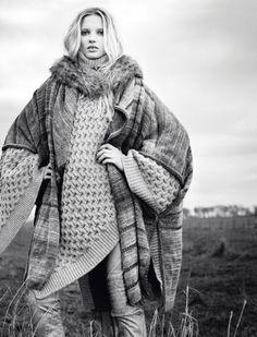 Chic bohème Cape chinée, Missoni. Poncho en grosse maille nid-dabeille et col en fourrure en racoon naturel, Laurence Doligé. Pantalon en cuir, Giorgio Armani.