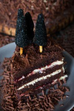 Receita do bolo clássico Floresta Negra, de chocolate com recheio de geléia de cereja.