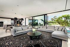 maison à aire ouverte de style graphique avec baie coulissante