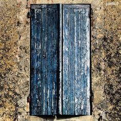 2016-08-08 #France #SainteCroixDuMont Volets bleus #architecture #travel #trip #roadtrip #wanderlust #summertime #portescloses #gaelic69 (à Sainte-Croix-du-Mont)