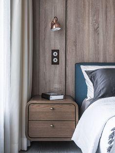 次臥房為爸爸的寢室,因此設計風格更為簡約,床頭背牆椅灰藍色塗料搭配線板,呈現沈穩又清爽的氛圍;在軟裝上建議屋主選用 Wedgwood 的枕套搭配線板俐落的條紋,有別於主臥房的床頭燈,吊燈設計有著紅色的線內斂中給人活潑的感受。訂製的床頭櫃在顏色和設計相對俐落,讓木頭元素散發出截然不同的氛圍。