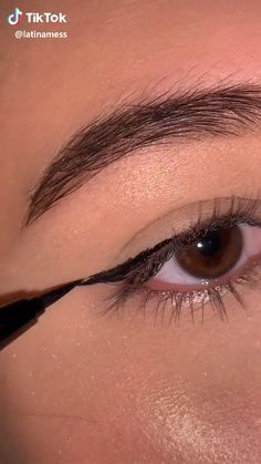 How to do the perfect eye liner in no time! Edgy Makeup, Makeup Eye Looks, Eye Makeup Steps, Smokey Eye Makeup, Eyebrow Makeup, Skin Makeup, Eyeshadow Makeup, Makeup Art, Makeup Tutorial Eyeliner