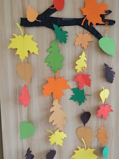 Idei Fermecate: Fall Paper Crafts, Fall Arts And Crafts, Autumn Crafts, Easy Christmas Crafts, Christmas Crafts For Kids, Diy And Crafts, Classroom Window Decorations, School Decorations, Wooden Pumpkin Crafts