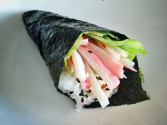Hier leer je een temaki (handroll) sushi maken. #recept #instructie #sushi