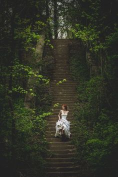 O simples, indecifrável e suave descer das escadas traz ao meu devaneio um enredo de encantos; perdas labiríntica e doce morte no colo dessa deusa.