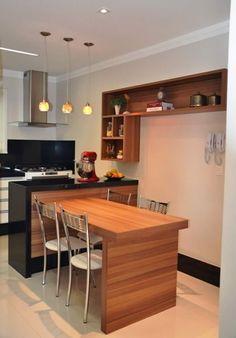 Cozinha americana pequena com bancada e mesa juntas