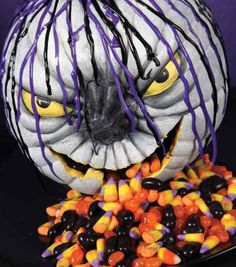 This spooky pumpkin candy dish would be so much fun at a Halloween party! without the licorice reaplaced with reeses pieces Halloween Goodies, Halloween Home Decor, Halloween House, Holidays Halloween, Scary Halloween, Halloween Treats, Halloween Pumpkins, Halloween Party, Halloween Decorations